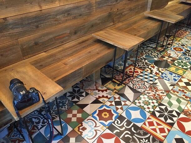 パッチワーク柄の床や手作り感のあるイスやテーブル