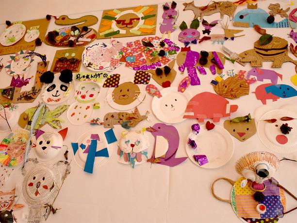 壁一面に貼られた様々な表情の動物達