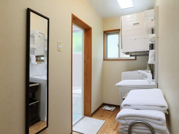 洗濯機や乾燥機完備の洗面室