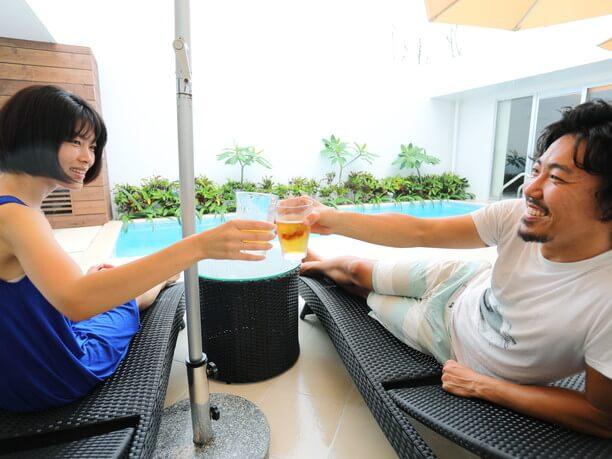 プールサイドで乾杯