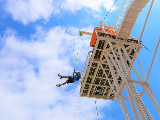 地上13mの高さから飛び降りる「ゴーフォール」