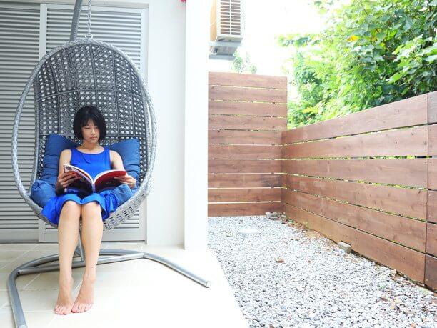 ハンギングチェアでゆったり読書
