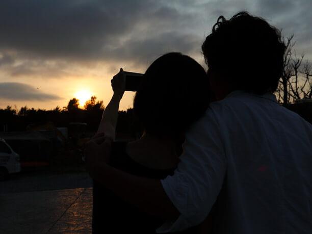 夕日と共に写真撮影