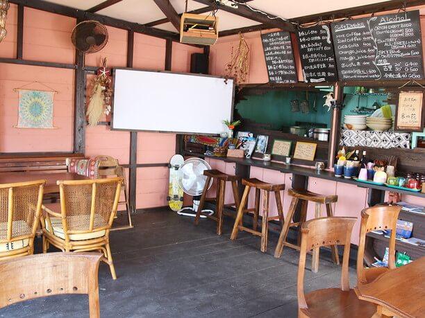明るいカフェ風の店内