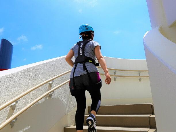 階段を上ってスタート地点となるデッキの屋上まで