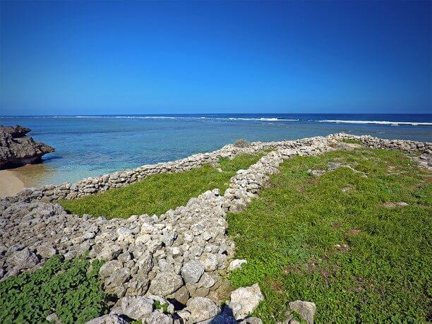 浜入口付近の石積み「武士家跡(ブシヌヤーアト)」