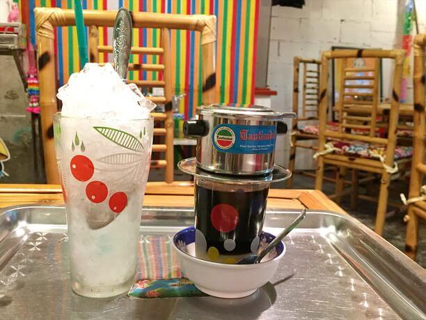 熱々のベトナムコーヒーを氷のグラスに注ぐ「ベトナムアイスコーヒー」