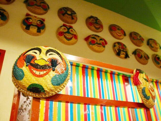 ベトナムのお面が飾られた壁