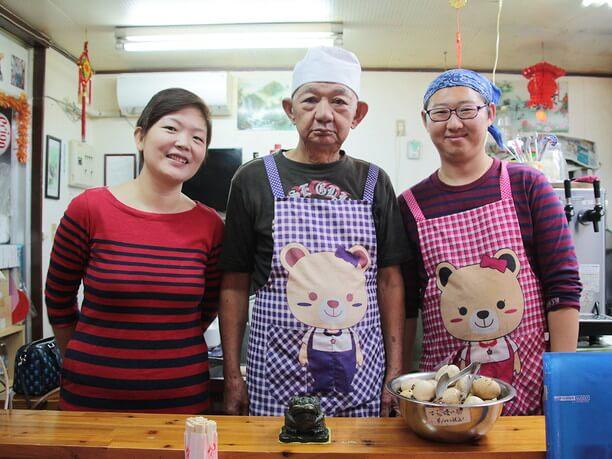 若いオーナー夫婦と年配の調理スタッフ