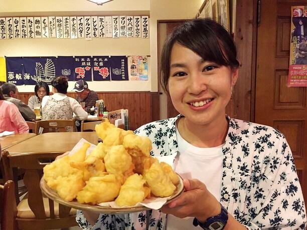 てんこ盛りの天ぷらを勧める女性地元民 イクコさん