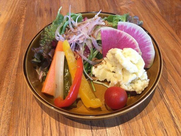 地元の野菜をふんだんにつかったサラダ