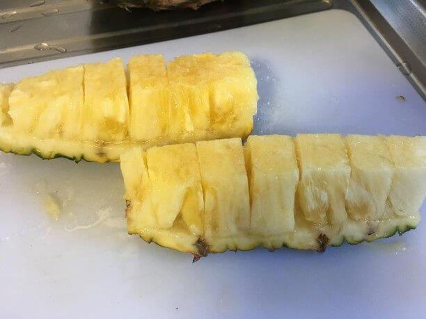 芯を削いで皮と果肉の間に包丁を入れ、ひと口大に切る