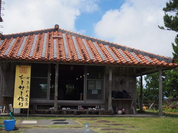 赤瓦が印象的な沖縄の伝統的木造家屋
