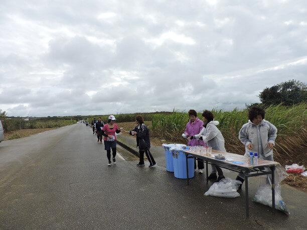サトウキビ畑が続く道の途中にあるエイドステーション
