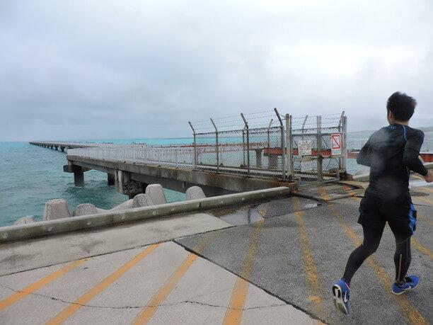 青い海に伸びる赤い桟橋はまさに絶景