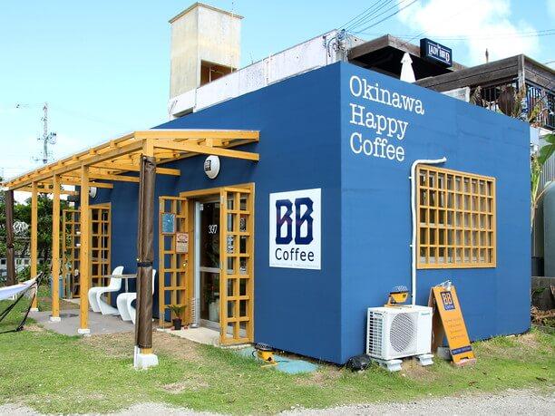 青い外観のカフェ「BB-Coffee(ビービーコーヒー)」
