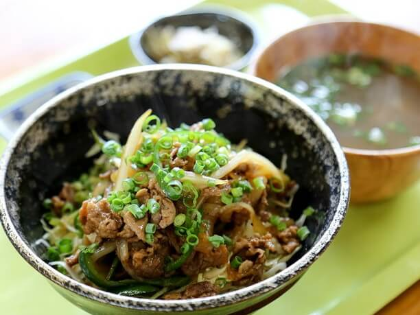 日替わりのおつゆと副菜、漬物付きの「いの豚丼」