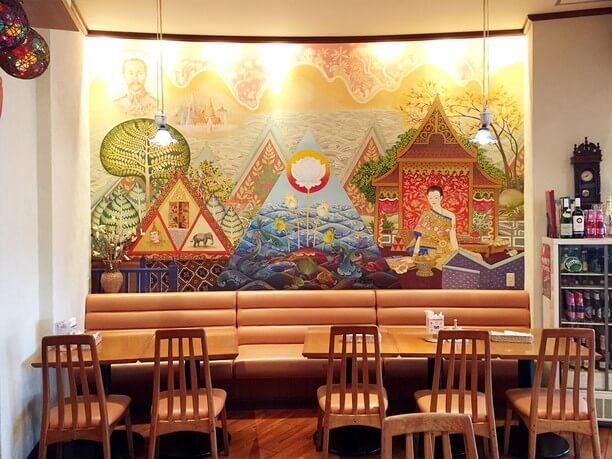 タイの民族衣装などが描かれている大きな壁画