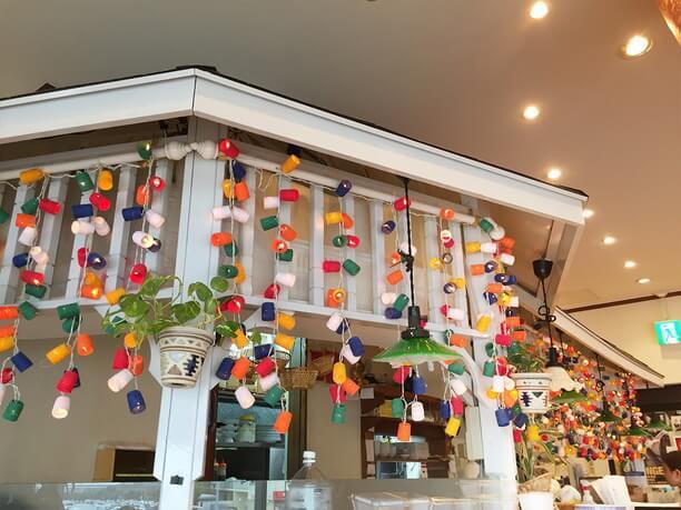 厨房を囲むカウンターのカラフルな装飾
