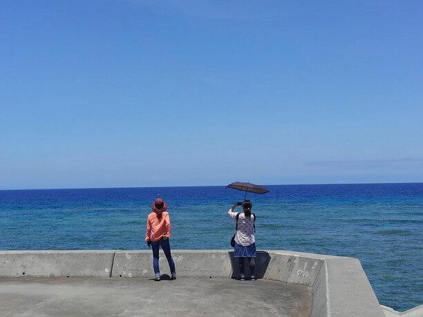 海を眺める人たち