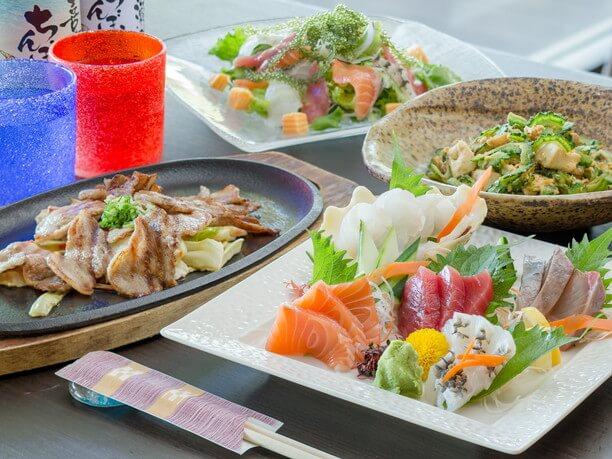 涼しい店内では定番の沖縄料理が選び放題