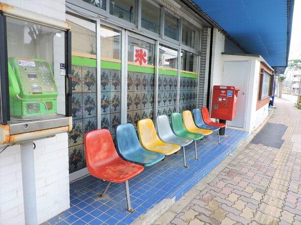 店の前にあるベンチ