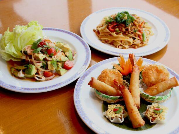 タイのシェフが調理するタイ料理