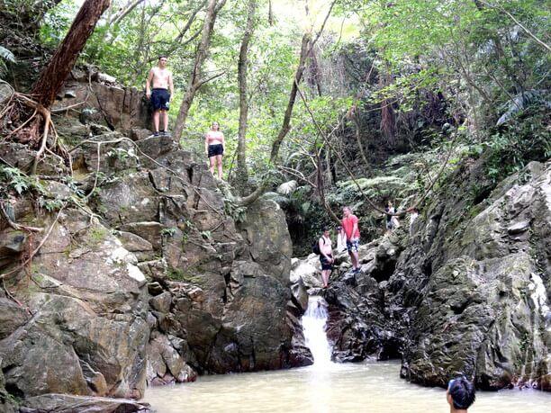 真ん中の小滝からジャンプ!