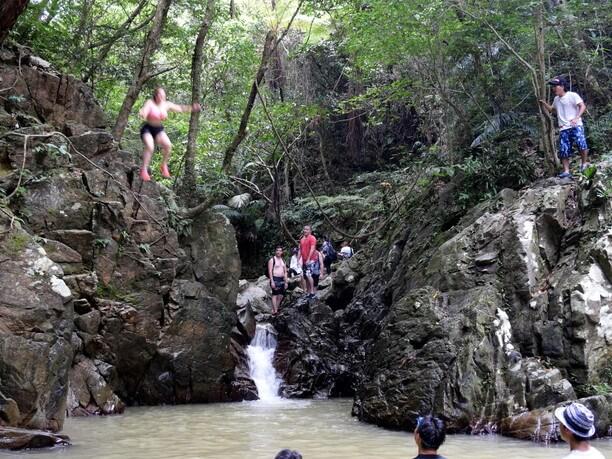 高い岩場からのジャンプ