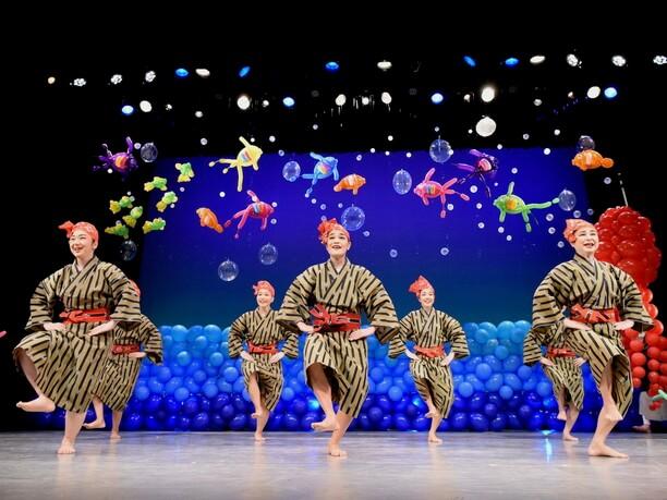 舞台背景や小道具にポップな彩りのバルーンアートを使った舞台