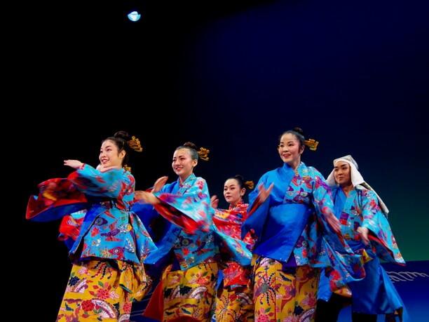 沖縄芝居や映画などでも活躍する知花さゆりさんを中心としたユーモラスな踊り