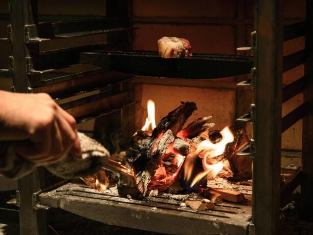 炎を上げる薪