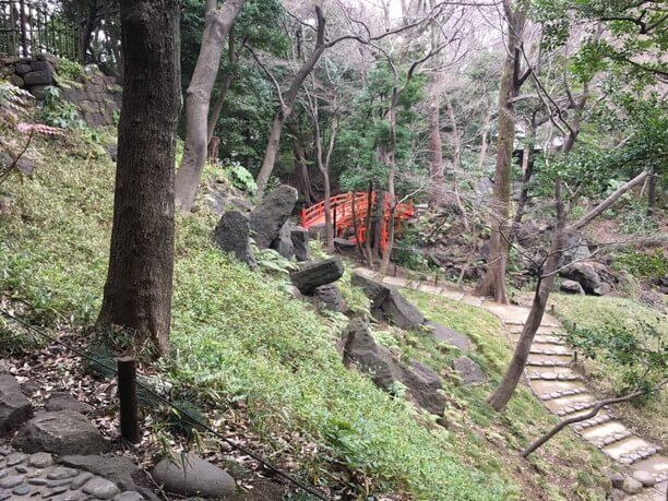 京都の御所への遍路が再現された庭園