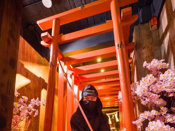 朱塗りの柱回廊