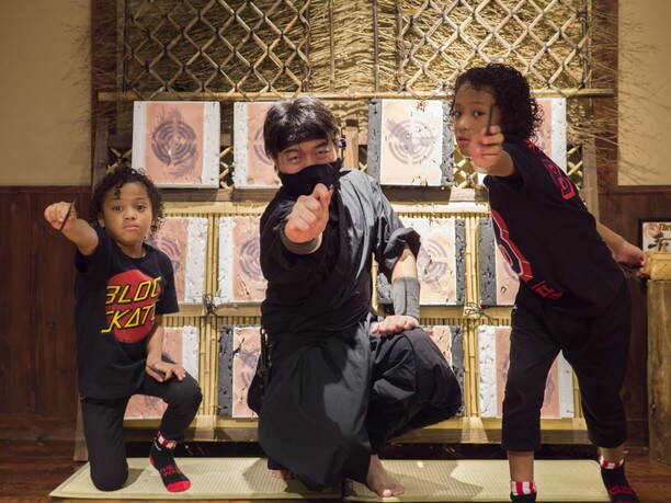 忍者の先生と子供たち