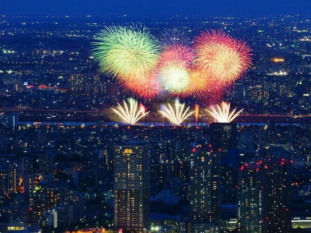 東京スカイツリーや高層ビル群の夜景をバックに