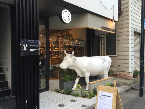 牛の彫刻が目印