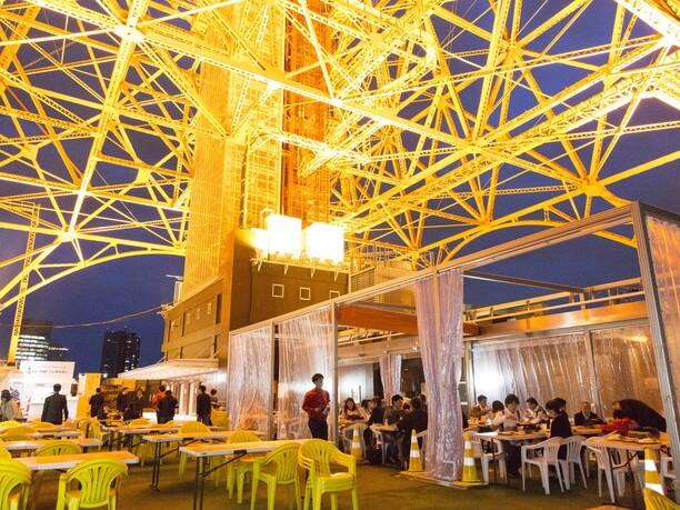 輝く東京タワーの下で
