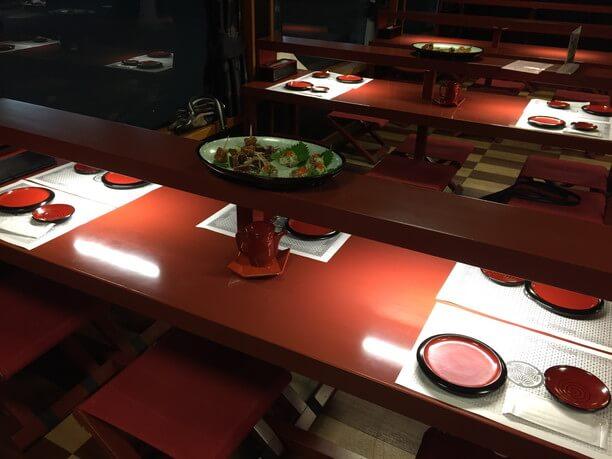 ちょっと低めの赤いテーブルと椅子